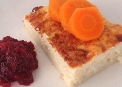 Guefilte fish al horno, acompañado de zanahora y jrein