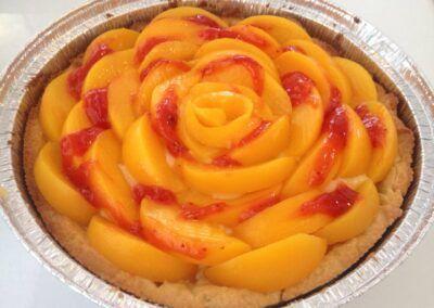 Pastel de crema y frutas frescas