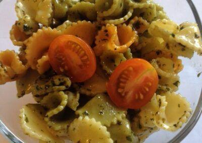 Ensalada de pasta tricolor con tomatitos cherry y pesto